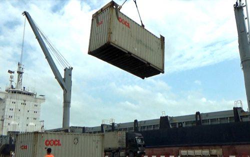 モバイルハーバークレーンでのコンテナでの荷役の様子。1点で吊っているため、コンテナの重心がずれていると、傾いて、中の貨物が荷崩れを起こし、貨物が破損する懸念がある