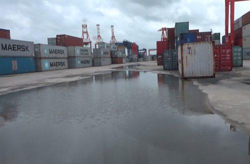 ヤンゴン港のターミナルMIPのコンテナヤード。広範囲で水溜まりができている箇所もある。豪雨時のコンテナの浸水リスクが懸念される