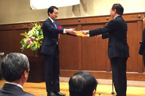 表彰状を授与される帖佐社長(左)と黒岩神奈川県知事(右)