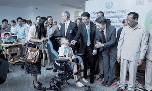 右から1番目カンボジア社会福祉省社会福祉大臣、Vong Sauth氏、3番目Senior Advisor to MOL Cambodia、Sukit Rungpipat氏、4番目NPO法人海外に子ども用車椅子を送る会理事 小田謙介氏