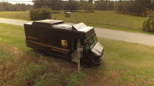 米国フロリダ州で実施された配送テストで、電動UPSトラックから離陸したドローン