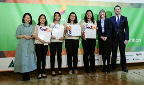 学生企業ヒラヤの女性たちとフェデックスのカレン・レディントンアジア太平洋地域社長(右から2番目)