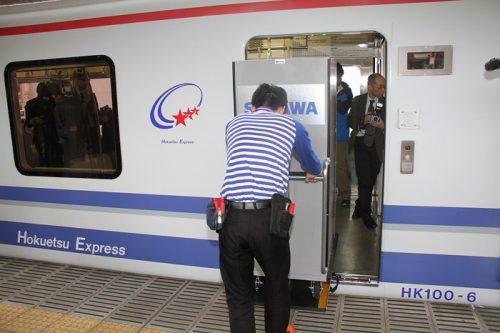 20170419sagawahokuetsu2 500x333 - 佐川急便、北越急行/貨客混載列車、運行開始