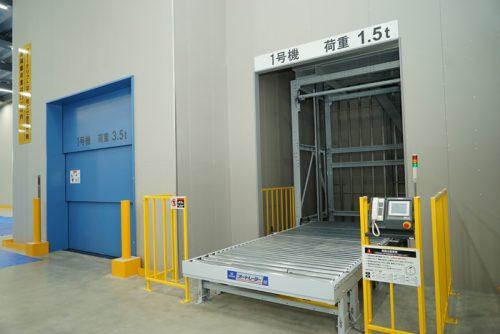 エレベーター(左)と垂直搬送機(右)