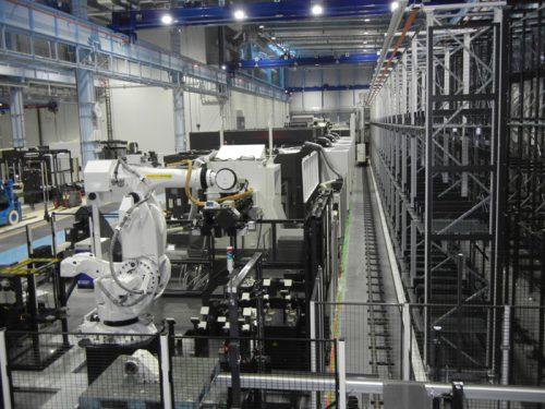 工場内で稼働するロボット