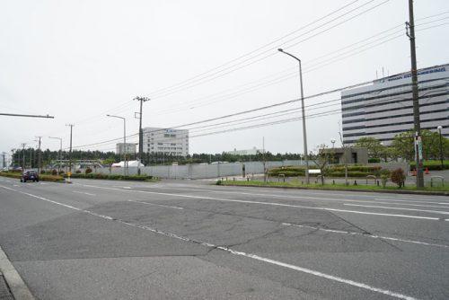 右側が東洋エンジニアリング本社・総合エンジニアリングセンター、左側に千葉工業大学、その間が建設場所