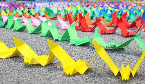 「ハヤブサ」の折り紙作品を繋いだチェーン