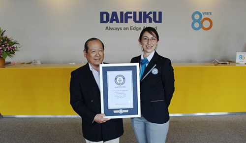 公式認定員・マクミラン舞さん(右)と公式認定証を受け取るダイフクの猪原幹夫副社長(左)