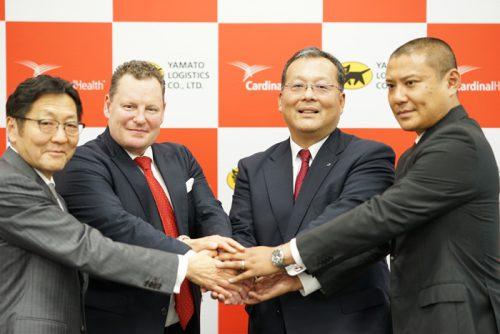 左からCHJジャパンの茂呂太一社長、CHJメディカル部門アジアパシフィックのパトリック・ホルト社長、YLCの本間耕司社長、YLCのメディカルロジスティクスカンパニーの内藤典靖プレジデント
