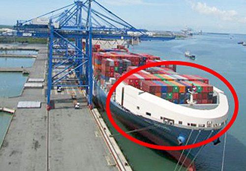 コンテナ船に取り付けた船首風防(写真の赤丸)