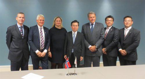 左から2番目:Dualog社リンド-オルセンCEO、3番目:アイハン貿易産業副大臣、4番目:田端国土交通審議官、5番目:日本郵船経営委員スヴェイン・スタイムラー