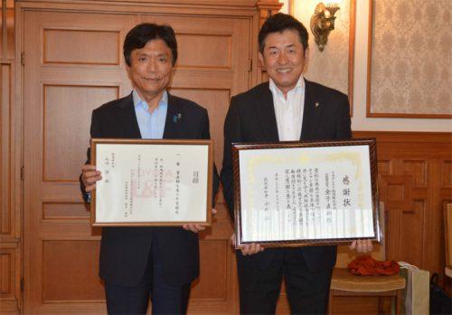 左から小川知事、トヨタL&F福岡の金子直幹社長