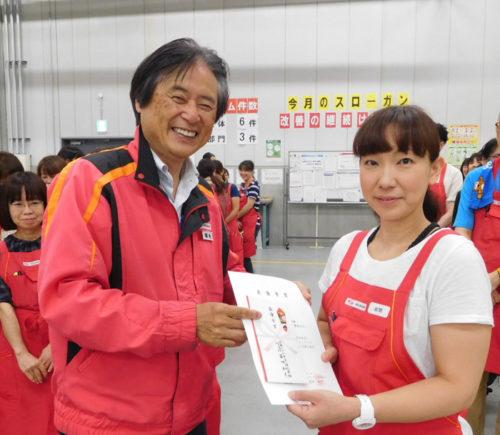 日本レコードセンターの菊池社長(左)と岩間栄美さん