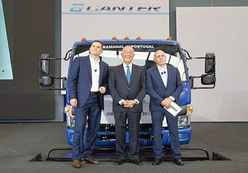 生産開始イベント、(左)MFTBC代表取締役社長・CEOのマーク・リストセーヤ、(中央)ポルトガル共和国大統領のマルセロ・レベロ・デ・ソウザ氏、(右)三菱ふそうトラック・ヨーロッパ社長のジョージ・ローザ