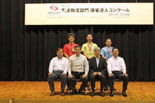 優勝した松坂 佳則さん(後列中央)、2位の吉田 貴一さん(後列右)、3位の内田 卓也さん(後列左)