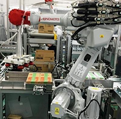 製品を箱詰めするロボット