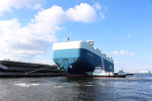 左が自動車専用船「CASTOR LEADER」、右がLNG燃料タグボート「魁(さきがけ)」