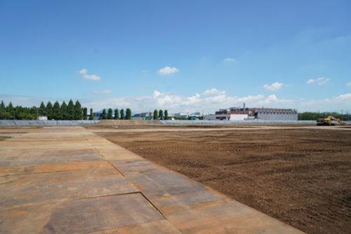 開発地の様子、奥に見える山が筑波山、右に見える建物がインテルの研究所跡