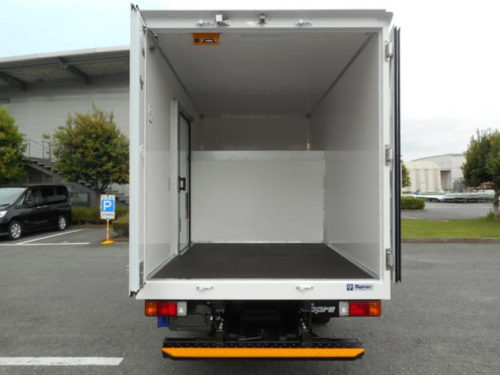 車載保冷スペースの形状を変えたことで、棚を有効に使えるようになった荷台
