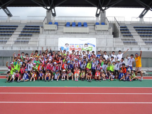 陸上競技で有森裕子さんと子供たちとの集合写真