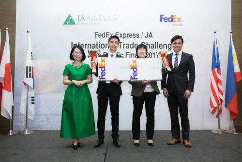 左から:ジュニア・アチーブメント・アジア太平洋地域社長 ヴィヴィアン・ラウ、最優秀賞を獲得したマンソン・ソーさん、ソンゲン・ユンさん、フェデックス エクスプレス南太平洋地区営業担当マネージングディレクター ブライアン・ティー