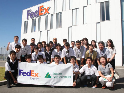 ジョブシャドウを体験した常翔学園高校の生徒たちとフェデックス従業員たち