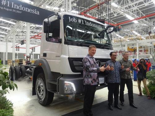 左からダイムラー・コマーシャル・ビークルズ・インドネシア社長 マーカス・フィリンガー、インドネシア 経済調整省次官 エディ・プトラ・イラワディ次官、ティム・グリーガー生産本部長