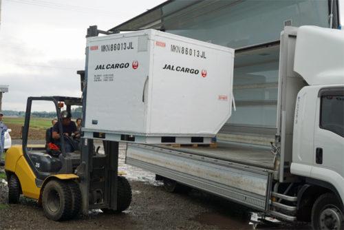 航空貨物用コンテナをトラックへの積み込み