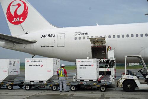 航空貨物用コンテナを機内に積み込む