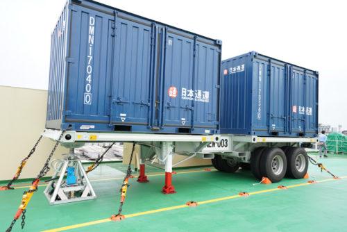 危険品貨物対応の上甲板でコンテナを固定