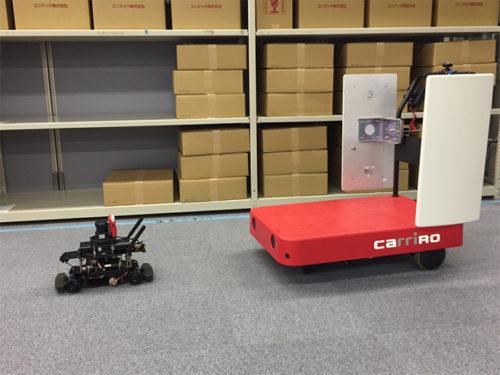 自律走行する先導ロボット「RoboCar 1/10」に追従するCarriRo、CarriRoのハンドルに搭載されたアンテナが周囲にある商品に貼付されたRFIDを読み取り、無人で棚卸しを行う。