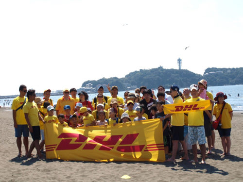 神奈川県内の海岸におけるビーチクリーンに従事するDHL従業員