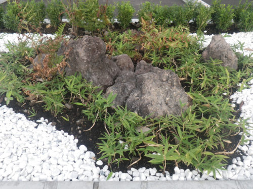 溶岩を再利用した外溝デザイン