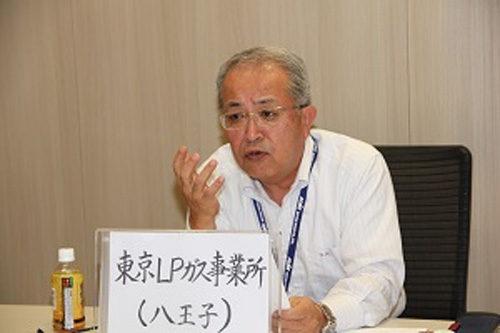 地震発生時、社長は取引先から車で移動中、最寄りの東京LPガス事業所(八王子)から衛星電話で大阪支店長に指示という設定