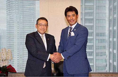 握手をする稲葉監督(右)と齋藤社長