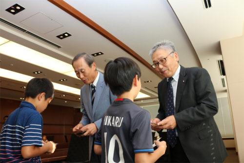 工藤会長、吉田常務と名刺を交換する様子