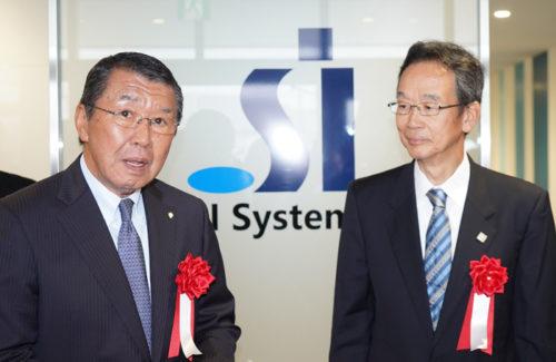 質問に答えるセブン-イレブンの古屋一樹社長(左)と三菱ふそうの松永和夫会長