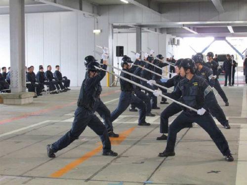 関東警送支店での刺又(さすまた)を使った訓練