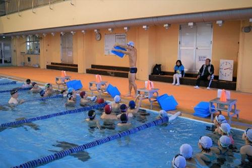 水泳教室での指導の様子