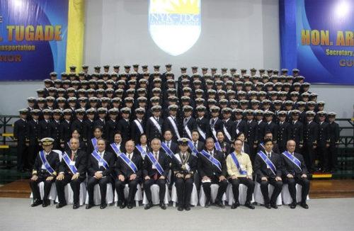 第7期生152人と来賓との集合写真