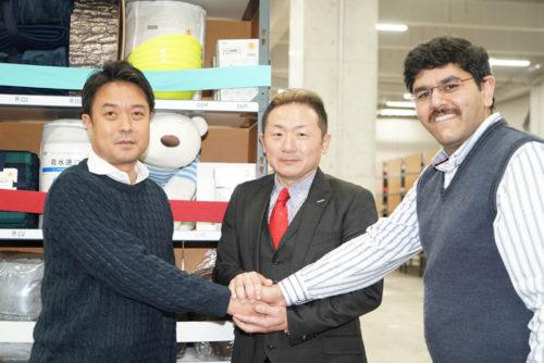 左から「GROUND」の宮田啓友社長、ホームロジスティクスの松浦学社長、Grey Orangeの Samay Kohli(サメイ・コーリ)共同創業者兼CEO