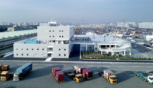 駅事務所棟(左)、立体駐車場棟(右)