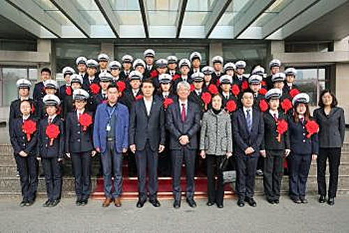 前列左から6番目が日本郵船の高泉宏康中国総代表、前列左から5番目が大連海事大学 Zhao Youtao副校長