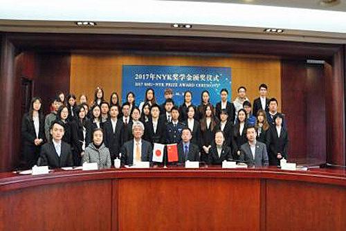 前列左から3番目が日本郵船の高泉宏康中国総代表、前列左から4番目が上海海事大学 施欣副校長