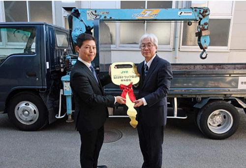 田部井副部会長から同校 谷岡校長(右)へレプリカキーを授与
