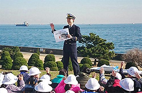 本物の航海士と船を前に熱気が上がる校外学習