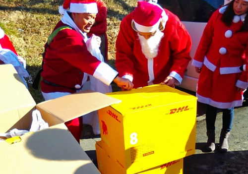 プレゼントの配布作業をするボランティアサンタ(2017年12月23日大槌町災害公営住宅)