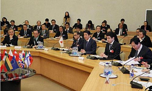 リトアニアでの拡大首脳会合に安倍首相などと出席 内閣広報室提供(前列左から 2人目が小丸社長)