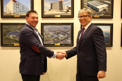 (左)ESR スチュアート・ギブソンCEO (右)ランスタッド日本法人の カイエタン・スローニナ会長兼CEO