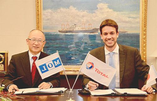 商船三井の橋本エネルギー輸送事業本部長(左)とTMFGSのジュニー社長(右)